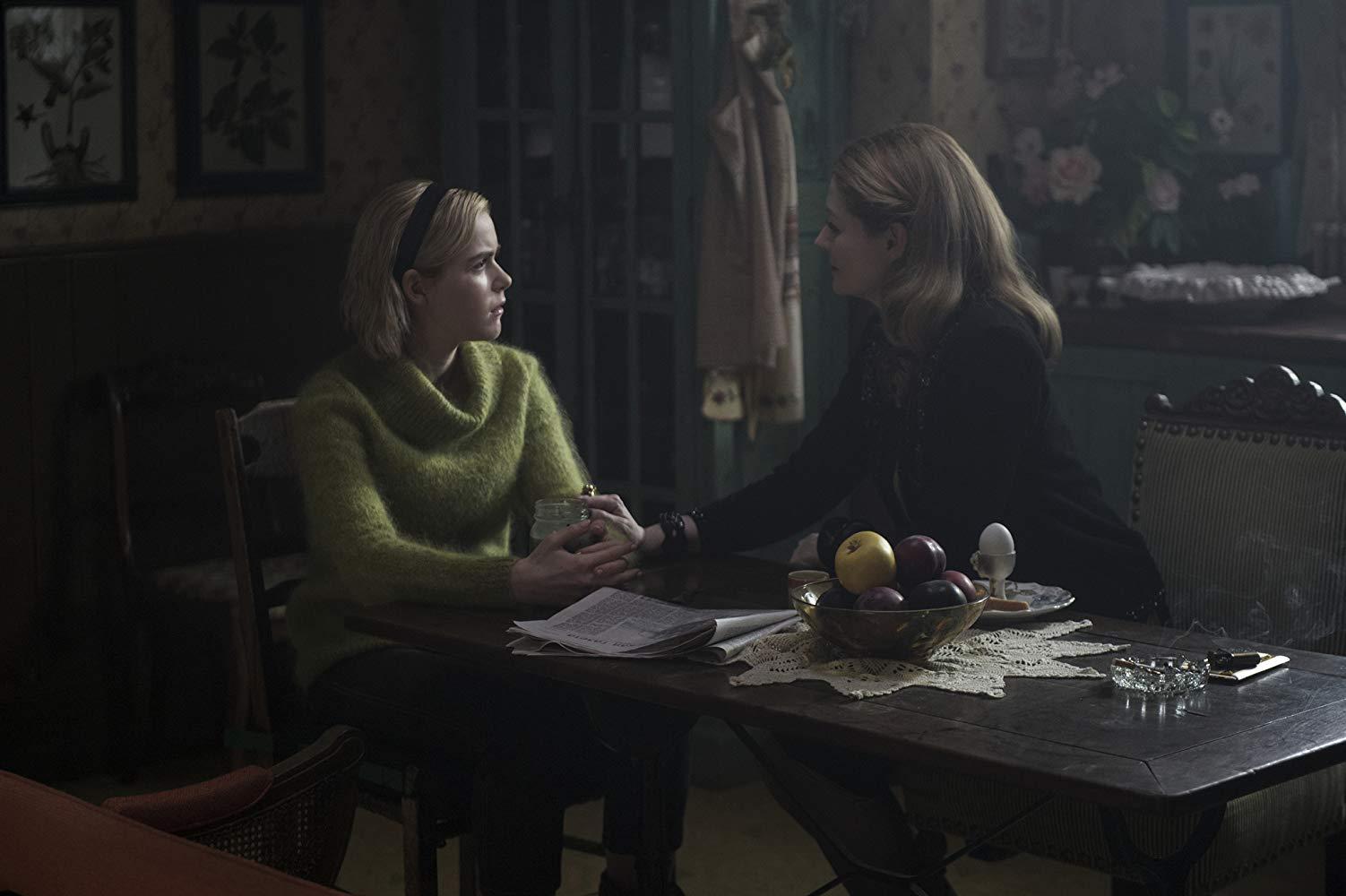 Kiernan Shipka e Miranda Otto nei rispettivi ruoli di Sabrina e Zia Zelda
