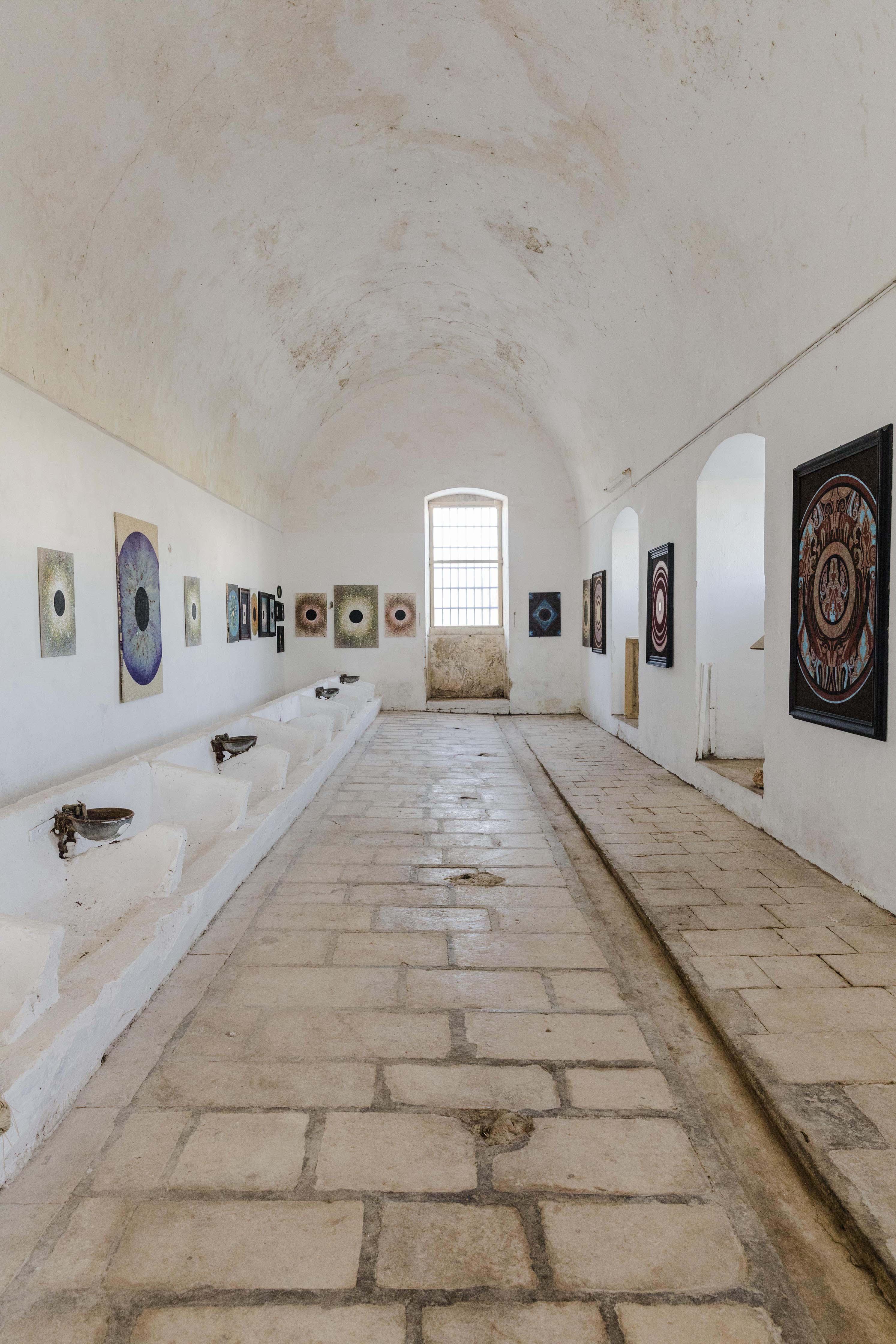 le vecchie stalle della masseria adibite a galleria d'arte